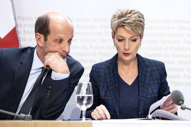 Ständerat Beat Rieder hat einen guten Draht zu Justizministerin Karin Keller-Sutter: Hier an der Medienkonferenz zur Volksabstimmung über das Verbot der Diskriminierung aufgrund der sexuellen Orientierung.