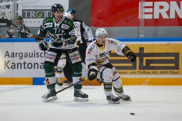 Philipp Rytz im ersten Drittel gegen Ajoies Arnaud Schnegg.