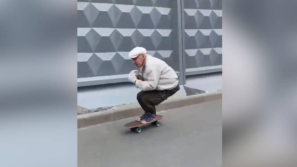 Rollender Rentner: 73-Jähriger kurvt auf Skateboard durch St. Petersburg und wird zum Internet-Star