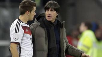Deutschlands Coach Joachim Löw (r.) mit Joker Christian Günter