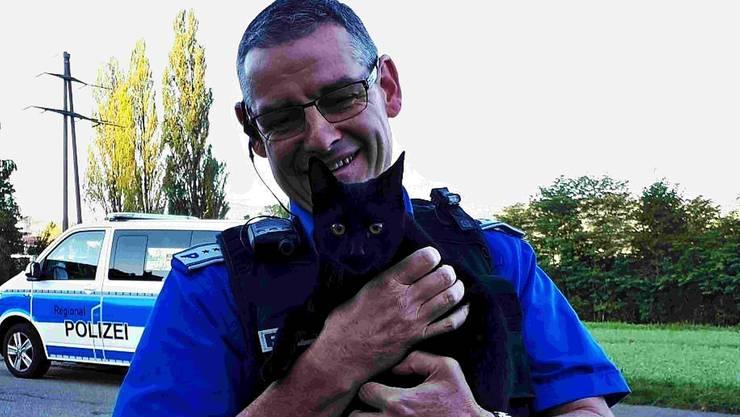 Polizeichef Werner Bertschi brachte «Chase» wieder unversehrt seinen Besitzern zurück.