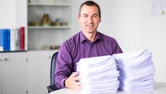 Gemeindeschreiber Marco Landert hat schon mehrere Kilogramm Umfragebögen entgegengenommen.