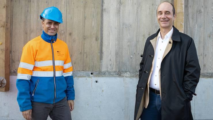 Roberto Scappaticci, Projektleiter und Werner Schib, Vizestadtpräsident, vor dem neuen Farbton welche die neue Kettenbrücke (Pont Neuf) erhalten wird. Aufgenommen am 11. September 2019 in Aarau. Bild: Chris Iseli