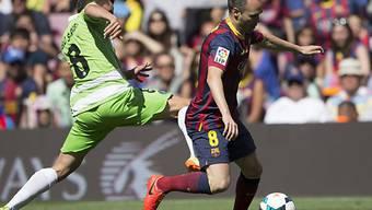 Barcelonas Andres Iniesta eilt Getafes Pablo Sarabia (l) davon