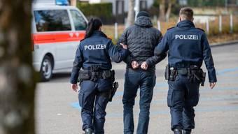 Drei Wanderarbeiter verlangten in Steinmaur einen fünfstelligen Betrag für Spenglerarbeiten. Die Kantonspolizei verhaftete das Trio. (Symbolbild)
