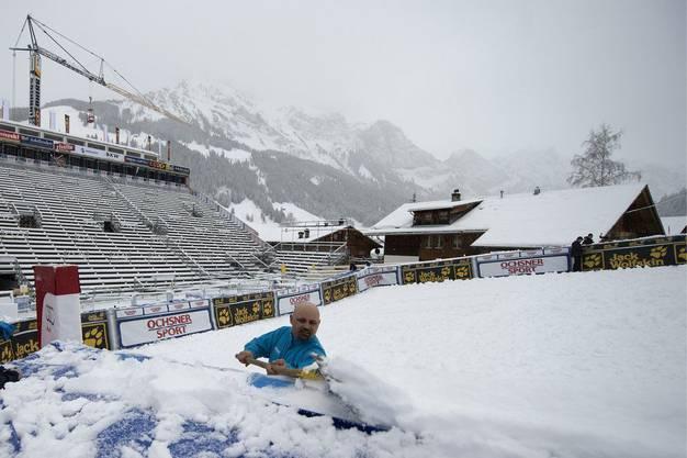 Ein Helfer räumt im Zielraum den Schnee weg.