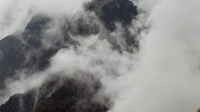 Der Mann übernachtete bei Nebel im Freien (Symbolbild)