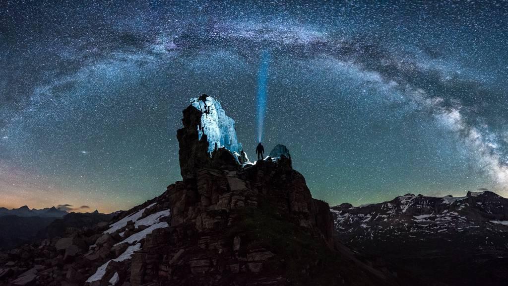 Das Endprodukt der spektakulären Nacht kann sich sehen lassen: die Milchstrasse über dem Balmer Grätli, mittendrin Tobias Ryser mit seiner Lampe, die zum Rega-Einsatz führte.