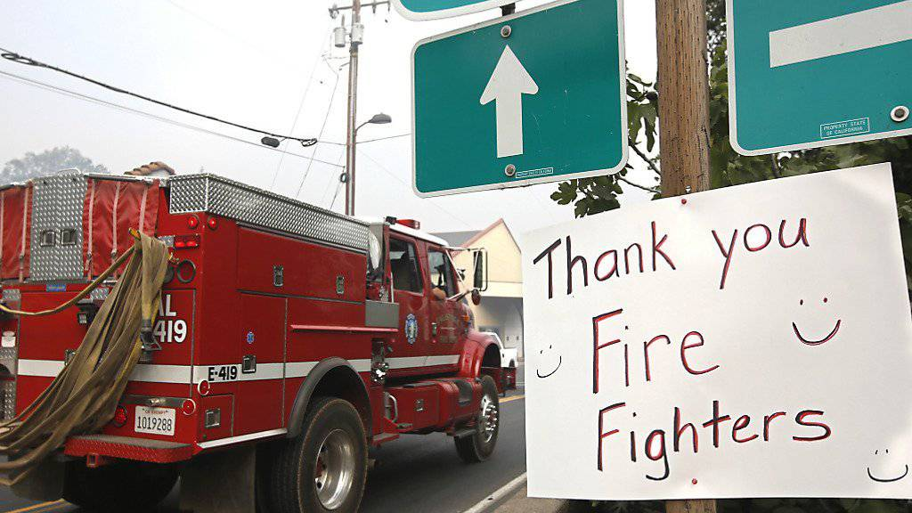 Die kalifornische Feuerwehr kämpft seit Wochen gegen die Flammen. Zwei der grössten Brände sind zumindest teilweise unter Kontrolle - die Bevölkerung in Angels Camp dankt.