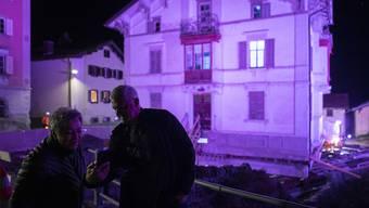 In Mulegns GR ist in der Nacht auf Freitag die Verschiebung einer Villa als ein Kunstprojekt mit viel Musik und Licht inszeniert worden.