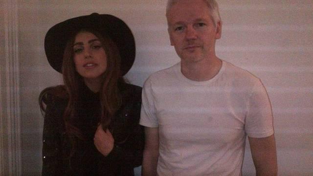 Lady Gaga zu Besuch bei Julian Assange (Bild: gagamedia.net)
