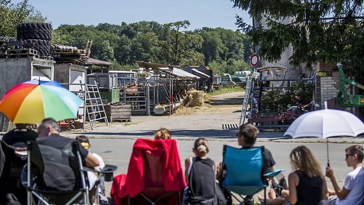 Friedliche Mahnwache von Tierschützern beim Pferdehof in Hefenhofen TG. Sie verlangen ein sofortiges Tierhalteverbot für den Hofbetreiber.
