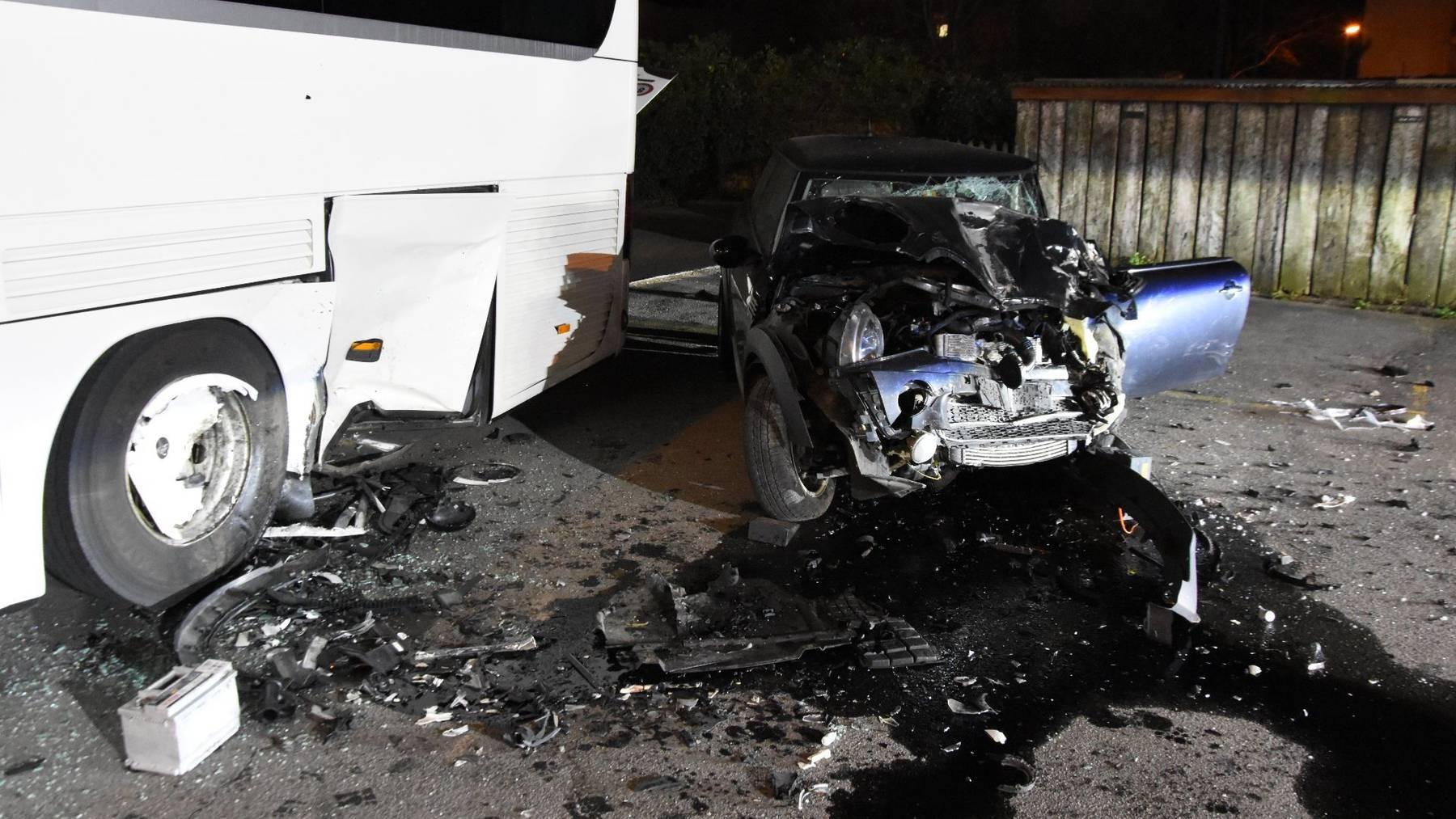 Die Frau und ihre Mitfahrerin wurden unbestimmt verletzt.
