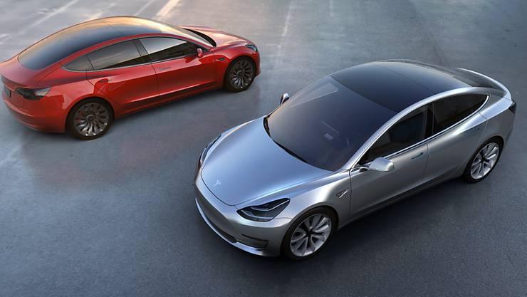 Der Elektroautobauer Tesla kommt mit seinem Hoffnungsträger Model 3 weiterhin nicht wie erhofft voran. (Archivbild)