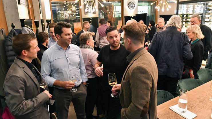 Die Chefs der Riva Café & Weinbar im Gespräch mit Gewerblern: Inhaber Mark Laski (Bildmitte links) und Betriebsleiter Nicci Ambrosch (Bildmitte rechts).