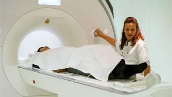In diesem MRT-Gerät des Basler Unispitals begeben sich Studenten auf eine psychedelische Reise.