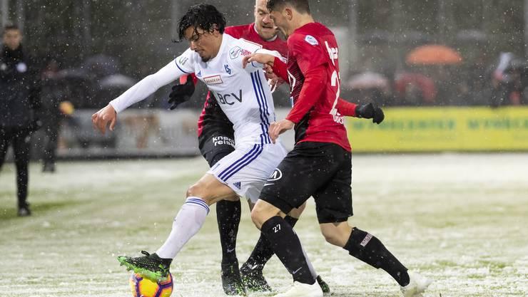 Bild von einem Match im 2019 gegen Lausanne: Die Aarauer Marco Schneuwly (M.) und Linus Obexer (r.) gehen gleich zu zweit gegen Cameron Puertas (l.).