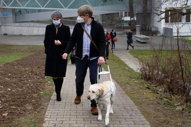 Bundespräsidentin Simonetta Sommaruga und Alexander Wyssmann spazieren gemeinsam durch das Schulareal.