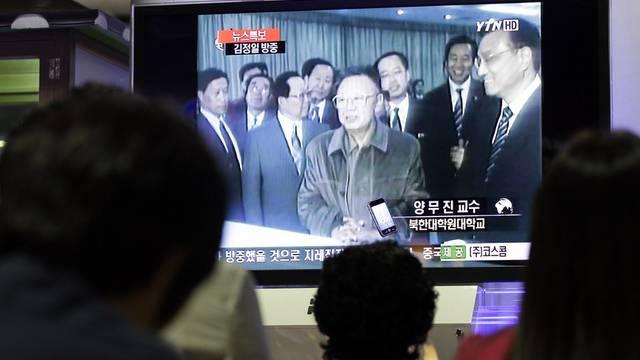 Eine Menschenmenge verfolgt in China am Fernsehen den Besuch von Kim Jong Il