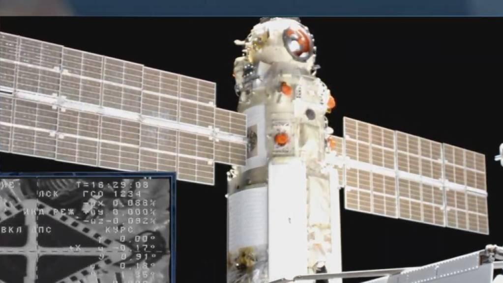 Das «Nauka»-Modul kurz bevor es an der ISS angedockt hatte. Einige Stunden später erfolgte an den Triebwerken des Moduls eine unbeabsichtigte Zündung, welche die ganze Raumstation ISS aus der Flugbahn warf. Es war das vorläufig letzte Kapitel einer langen Reihe von russischen Raumfahrt-Pannen.