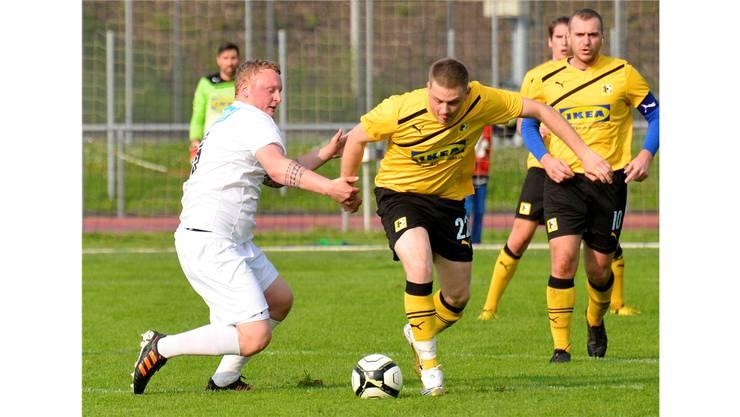 Lukas Krähenbühl (am Ball) leitete mit einem Tor und einem Assist den Sieg für Pratteln ein - Oberdorfs Thomas Hersperger (l.) hat das Nachsehen.