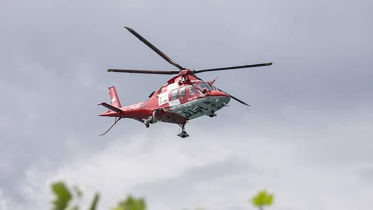 Ein Rettungshelikopter flog die Verletzte ins Spital. (Symbolbild)