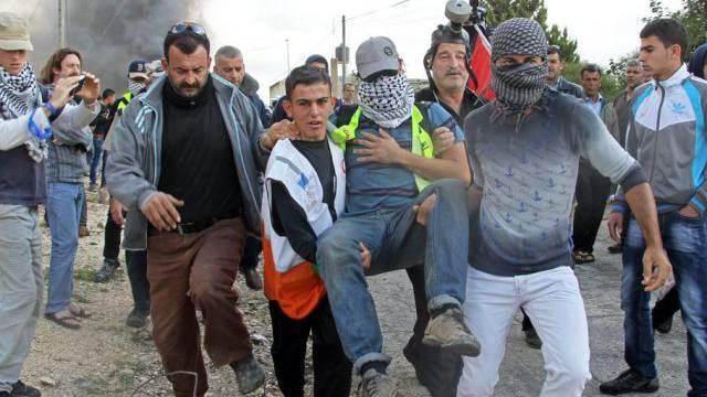 Palästinenser bringen den verletzten Italiener in Sicherheit