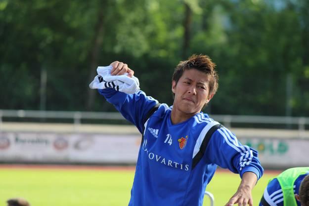 Alles tut weh! Yoichiro Kakitani erhebt sich nach dem Training von einer Sitzbank