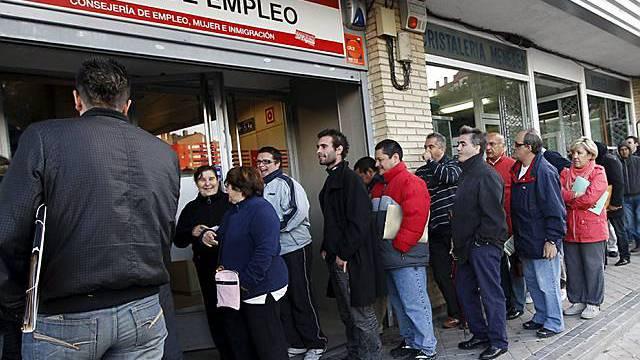 Menschen stehen Schlange vor einem Arbeitslosenamt in Spanien (Archiv)