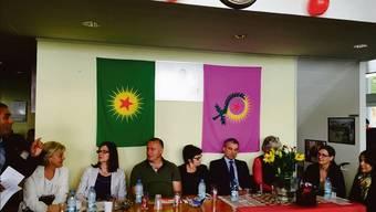 Diesen Wahlanlass soll der Basler Staatsschutz überwacht haben: SP-Ständerätin Anita Fetz (M.) umgeben von Basler Genossinnen und Genossen.