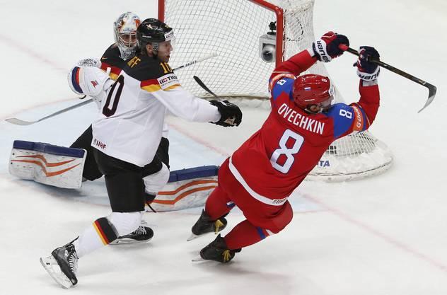 Doch auch Russland mit dem 33-jährigen Alexander Owetschkin (r.) möchte an der diesjährigen WM triumphieren.