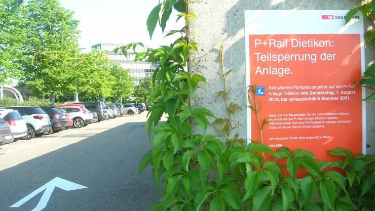 Pendler auf Parkplatzsuche: Am Bahnhof Dietikon fallen 70 der 156 Abstellplätze weg.