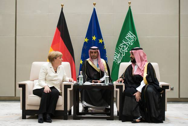 Die deutsche Bundeskanzlerin Angela Merkel trifft auf Mohammad bin Salman Al-Saud, den Kronprinzen und Verteidigungsminister von Saudi-Arabien (rechts).