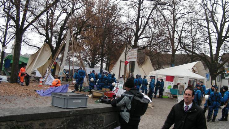 Die Polizei «hilft» den Aktivisten beim Packen