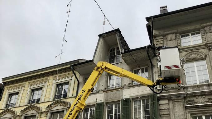 Die Weihnachtsbeleuchtung in der Solothurner Altstadt wurde am 14. November aufgehängt, gezündet wird sie zwei Wochen später.