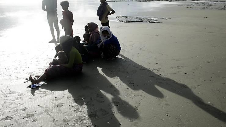 Erschöpfte Rohingya ruhen sich nach ihrer Ankunft in Bangladesch aus.