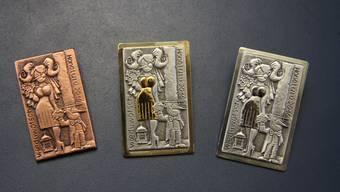 Die Plaketten in Silber, Gold und Kupfer dürfen erst ab Hilari getragen werden