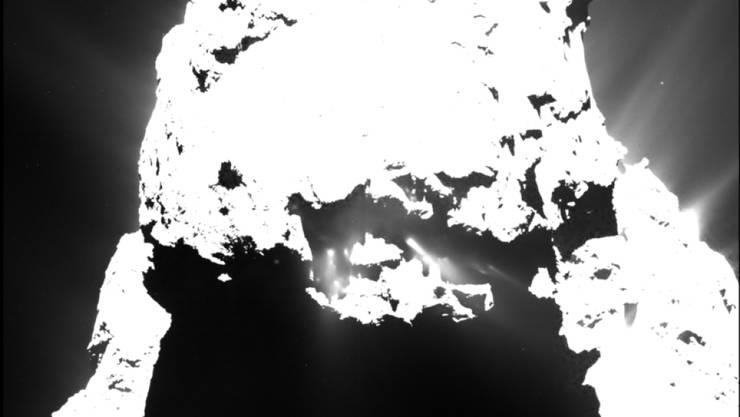 """Auch Komet """"Tschuri"""" kommt derzeit ins Schwitzen: Bilder von der Kometensonde """"Rosetta"""" zeigen Staubfontänen nach Einbruch der Dunkelheit am 25. April 2015 (Bildmitte). Das Bild wurde aus einer Entfernung von etwa 93 Kilometern aufgenommen"""