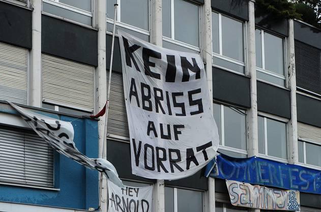 """Ein Transparent mit der Aufschirft """"Kein Abriss auf Vorrat"""" hängt am besetzten Koch-Areal im Jahr 2013."""