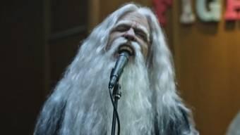 """Im Videoclip zu ihrer neuen Single """"Run"""" spielen die Foo Fighters Abendunterhalter im Altersheim. (Screenshot)"""