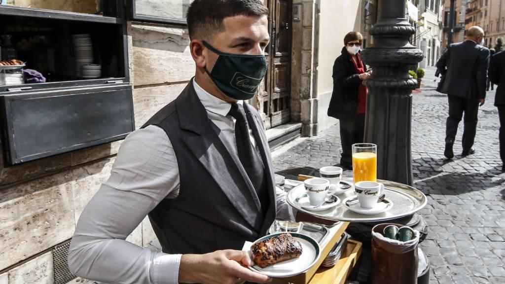 Er gehört zu einer seltenen Spezies: Ein Mann, der im Stadtzentrum von Rom das Frühstück serviert. In Italien fehlen seit Ausbruch der Coronakrise die Fachkräfte im Service. (Symbolbild)