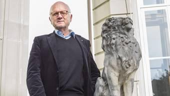 Georg Kreis neben dem stolzen Löwen auf der Terasse der Villa Koechlin im Basler Gellert-Quartier, dem Standort des von ihm geprägten Europainstitut der Universität Basel.