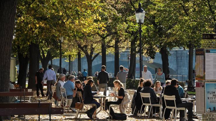 Gäste geniessen den Herbst vor der Rhyschänzli-Buvette bei der Kaserne – doch am 25. Oktober ist Schluss.