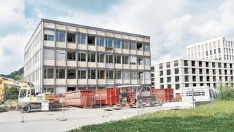 Das alte KWC-Verwaltungsgebäude (links) muss weiteren drei Wohngebäuden weichen. Rechts der «KWC-Tower».