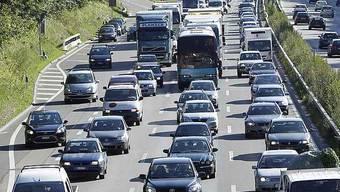 Weil ein Autofahrer rechts überholte, kam es zu einer Auffahrkollision, im Anschluss war Geduld bei den Autofahrern gefragt. (Symbolbild)