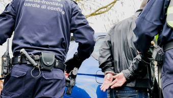 Grenzwächter nehmen den Enkeltrickbetrüger an der Landesgrenze fest. (Symbolbild)