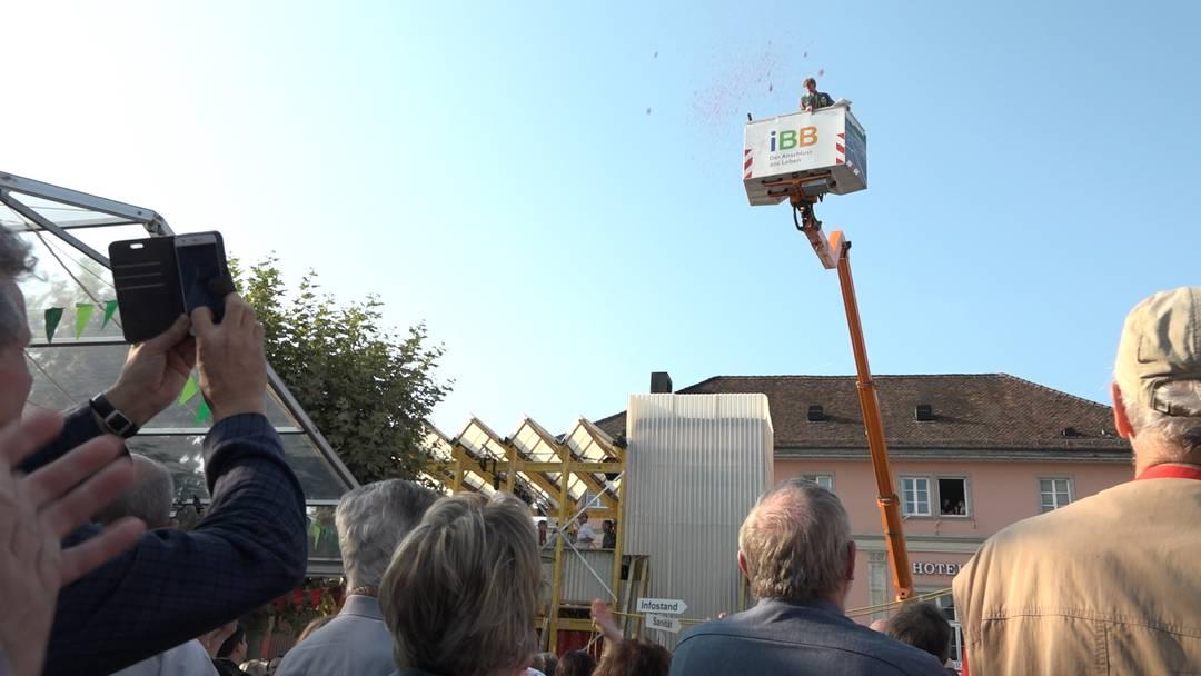 OK-Präsident auf der Hebebühne: Das Stadtfest Brugg ist eröffnet!