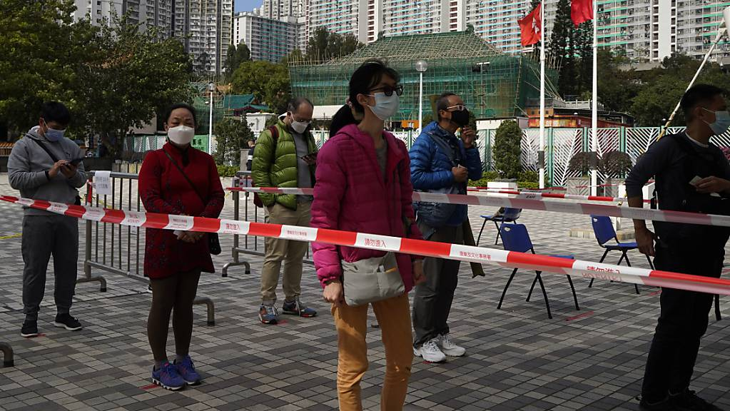 Schlangestehen vor einem Corona-Testzentrum in Hongkong