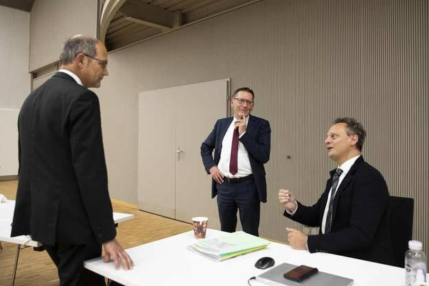 CVP-Ständerat Stefan Engler (sitzend) ist ein Meinungsführer in der Debatte um die Konzernverantwortung. Hier diskutiert er mit seinen Parteikollegen Daniel Fässler (l.) und Pirmin Bischof.
