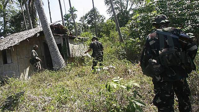 Philippinische Soldaten durchsuchen die Umgebung um das Haus des entführten Schweizers